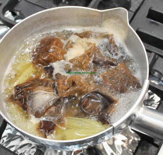 ふきと生キクラゲの味噌汁
