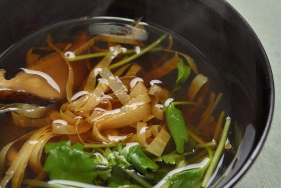 干し湯葉と三つ葉のすまし汁